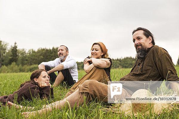 Geschäftsmann bei einer Pause auf dem Land mit drei Dorfbewohnern
