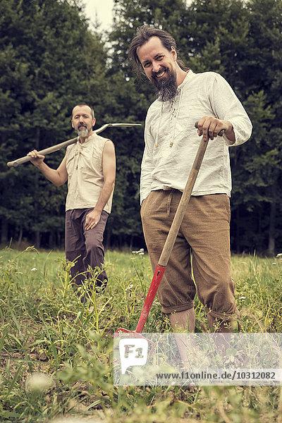 Zwei Biobauern auf dem Kartoffelfeld
