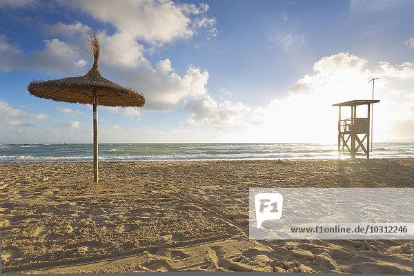Spanien  Balearen  Mallorca  Blick auf leeren Strand mit Sonnenschirm und Wachturm