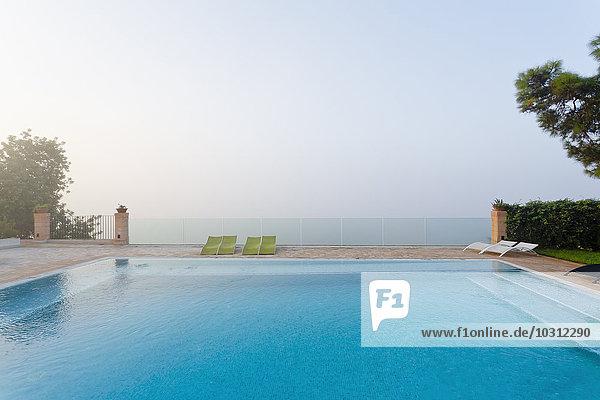 Spanien  Balearen  Mallorca  Schwimmen und Sicherheitsglasgeländer Spanien, Balearen, Mallorca, Schwimmen und Sicherheitsglasgeländer