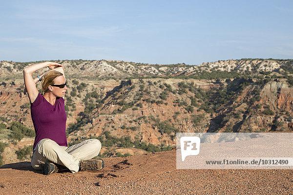 USA  Texas  Palo Duro Canyon State Park  ruhende Frau am Lighthouse Trail