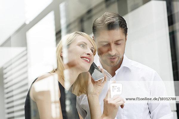 Zwei Geschäftspartner mit Smartphone