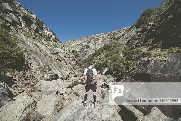 Spanien  Ultra Trail Runner mit Blick auf die Landschaft im Fluss Eume