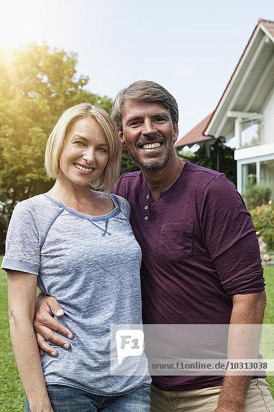 Glückliches reifes Paar im Garten