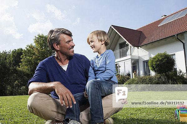 Glücklicher Vater mit Sohn im Garten