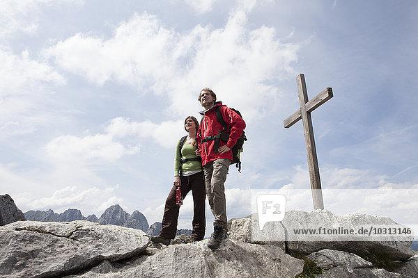Deutschland  Bayern  Osterfelderkopf  Paar am Gipfelkreuz stehend