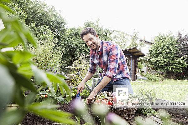 Gartenarbeit im Gemüsebeet