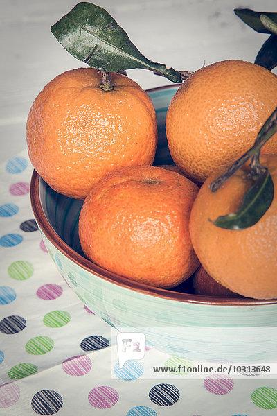 Schale mit Mandarinen auf Tuch Schale mit Mandarinen auf Tuch