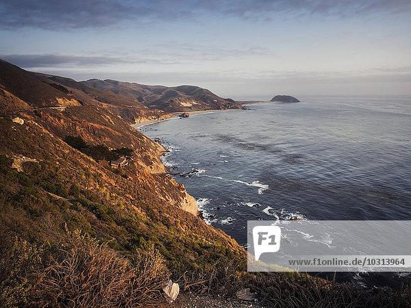 USA  Kalifornien  Pazifikküste  National Scenic Byway  Big Sur  Küste bei Sonnenuntergang