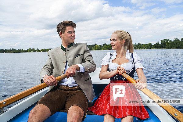 Deutschland  Bayern  junges Paar im Ruderboot auf dem Staffelsee