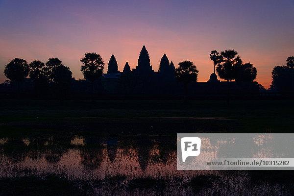 Kambodscha  Siem Riep  Silhouette von Angkor Wat in der Dämmerung