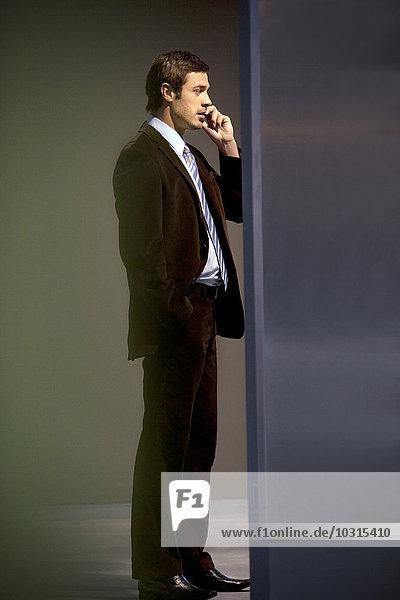 Zuversichtlicher Geschäftsmann am Telefon Zuversichtlicher Geschäftsmann am Telefon