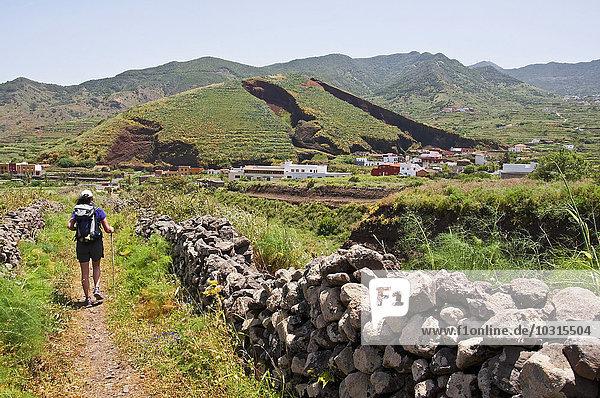 Spanien  Kanarische Inseln  Teneriffa  El Palmar  Wanderin im Teno-Gebirge