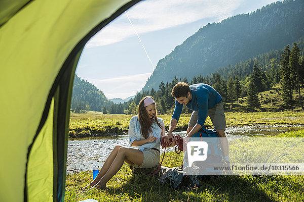 Österreich  Tirol  Tannheimer Tal  zwei junge Wanderer zum Entspannen