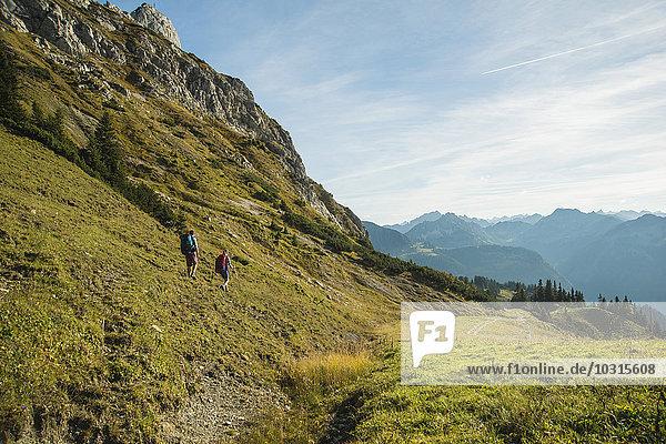 Österreich  Tirol  Tannheimer Tal  junges Paar Wandern
