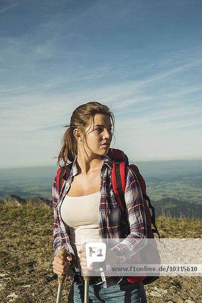 Österreich  Tirol  Tannheimer Tal  junge Frau auf Wanderung