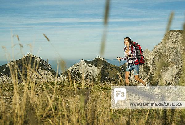 Österreich  Tirol  Tannheimer Tal  junge Frau beim Wandern