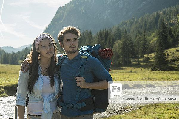 Österreich  Tirol  Tannheimer Tal  Portrait eines jungen Wanderpaares