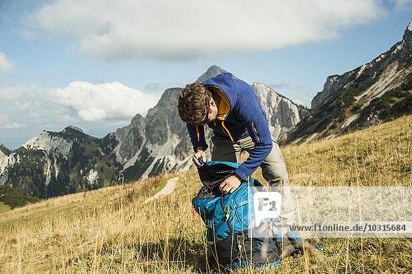 Österreich,  Tirol,  Tannheimer Tal,  Wanderer mit Rucksack auf Almen