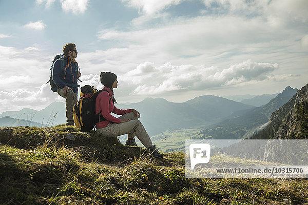 Österreich,  Tirol,  Tannheimer Tal,  junges Pärchen auf Wanderung