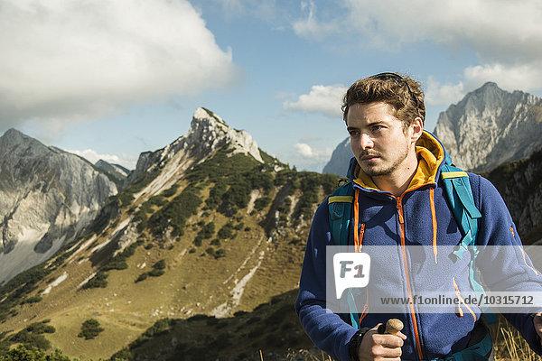 Österreich  Tirol  Tannheimer Tal  junger Mann beim Wandern