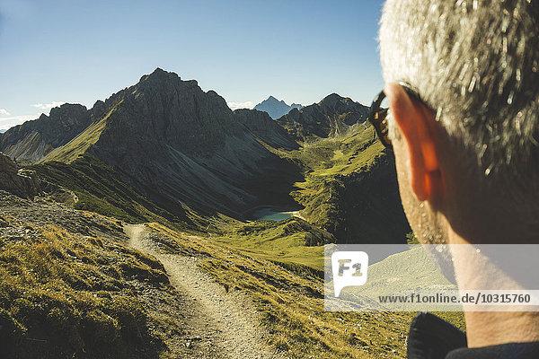Österreich  Tirol  Tannheimer Tal  reifer Mann wandern