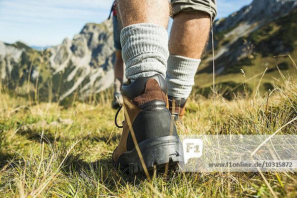 Österreich  Tirol  Tannheimer Tal  Nahaufnahme des jungen Paares Wandern Österreich, Tirol, Tannheimer Tal, Nahaufnahme des jungen Paares Wandern