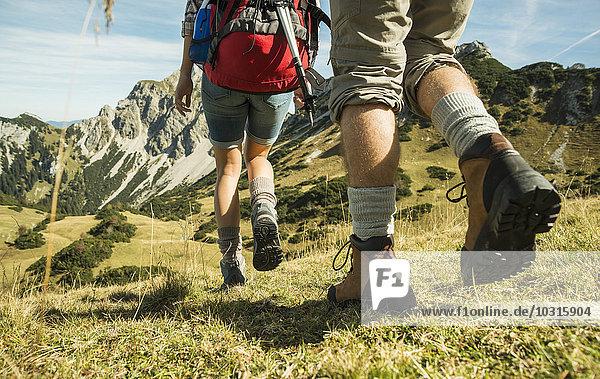 Österreich  Tirol  Tannheimer Tal  Nahaufnahme des jungen Paares Wandern