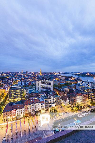 Belgien  Flandern  Antwerpen  Blick auf Eilandje  ehemaliges Hafengebiet am Abend