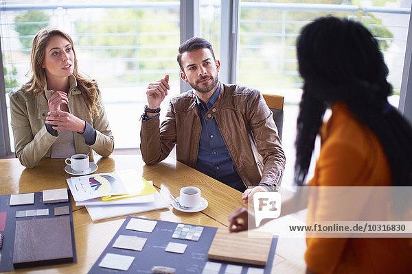 Drei Personen bei einem Geschäftstreffen