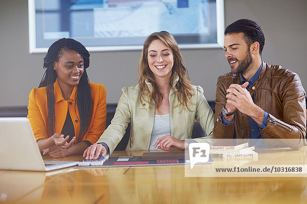 Drei Kollegen beim Geschäftstreffen