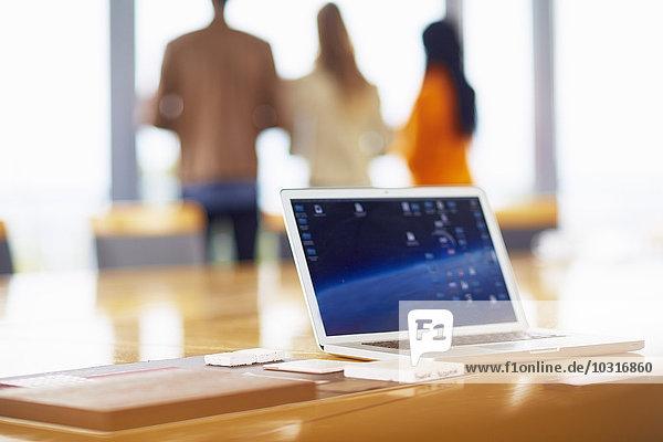 Geöffneter Laptop auf einem Konferenztisch