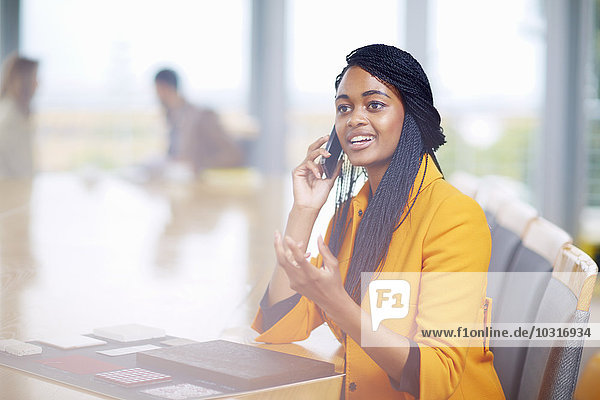 Portrait der Geschäftsfrau beim Telefonieren mit dem Smartphone