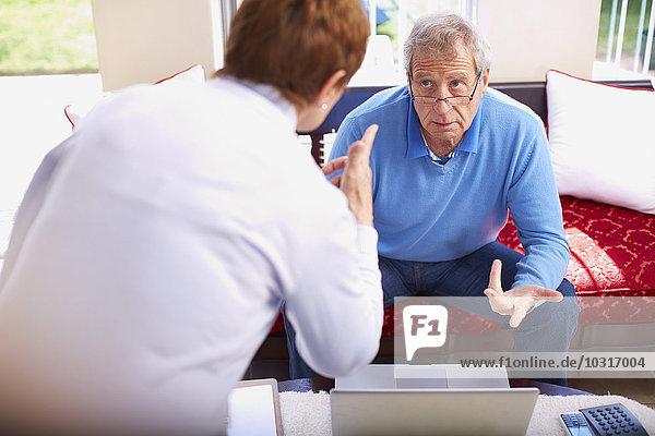 Seniorin beschuldigt Ehemann am Laptop