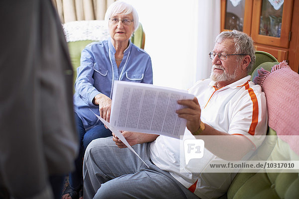Seniorenpaar liest Dokument