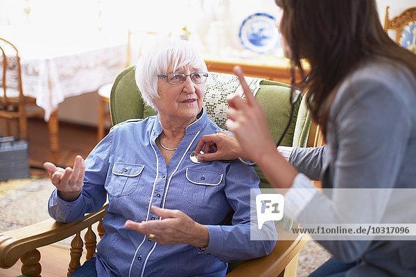 Medizinische Betreuung der älteren Frau zu Hause