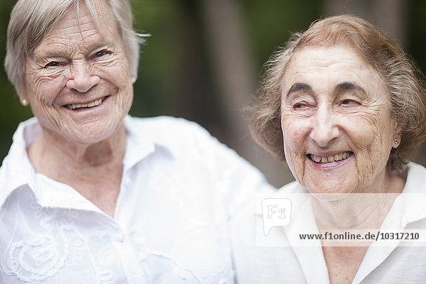Zwei lächelnde Seniorinnen in einem Senioren-Dorf