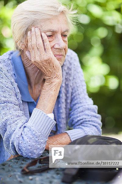 Nachdenkliche Seniorin