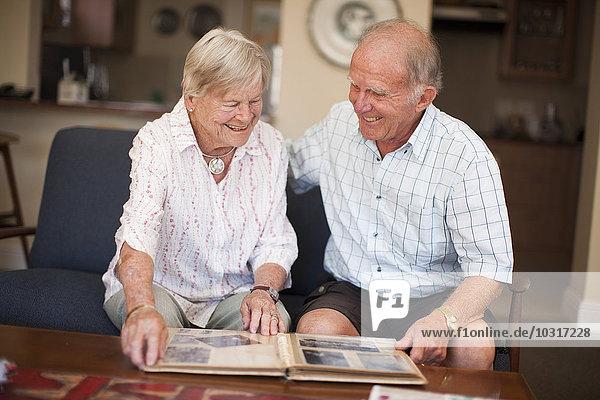 Seniorenpaar mit Fotoalbum