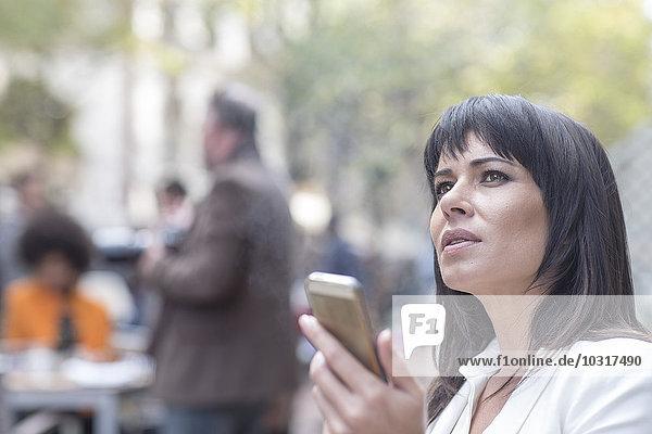 Nachdenkliche Frau mit Handy Nachdenkliche Frau mit Handy