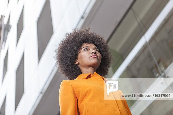 Niederwinkelansicht der jungen Frau im Freien Niederwinkelansicht der jungen Frau im Freien