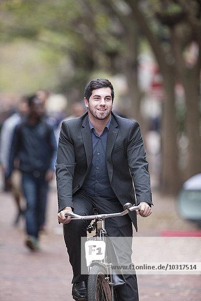 Mann auf dem Fahrrad in einer Stadt