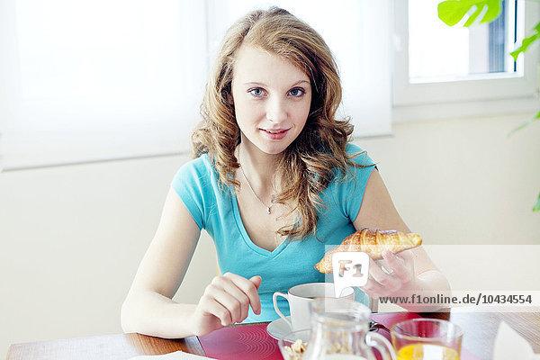 Frau essen essend isst Frühstück