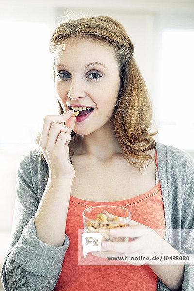Frau Frucht essen essend isst getrocknet