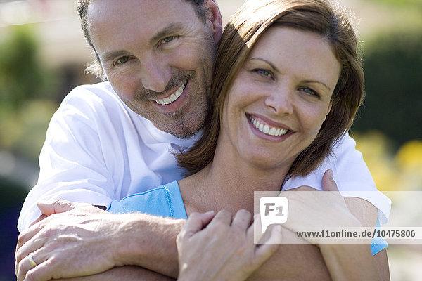 umarmen lächeln Paar umarmt sich Mann und Frau