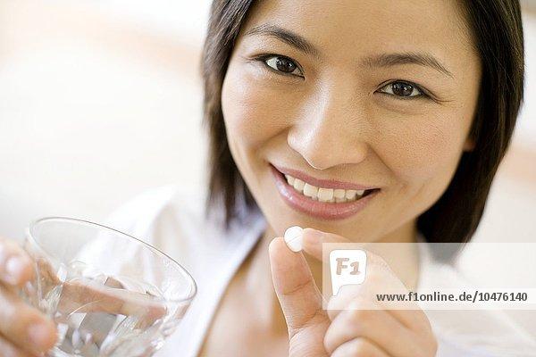 Wasser Frau nehmen Glas Pille