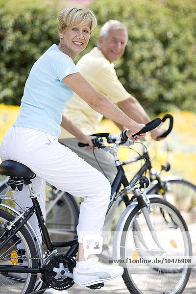 Fröhlichkeit Ländliches Motiv ländliche Motive lächeln fahren Fahrradfahrer mitfahren