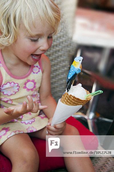 klein Eis essen essend isst Mädchen Sahne