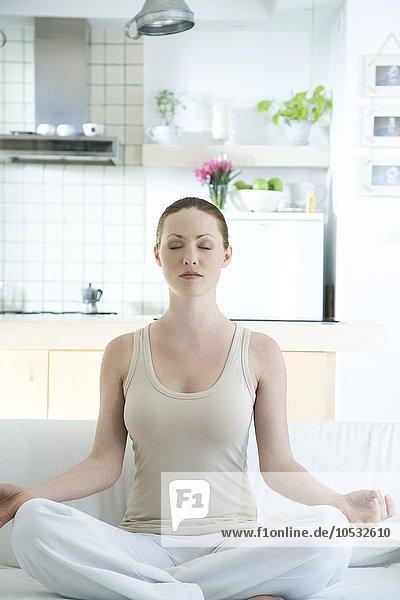 junge Frau junge Frauen Yoga