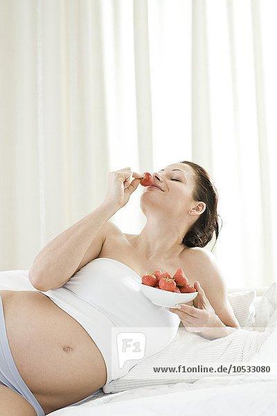 Frau Schwangerschaft Erdbeere essen essend isst